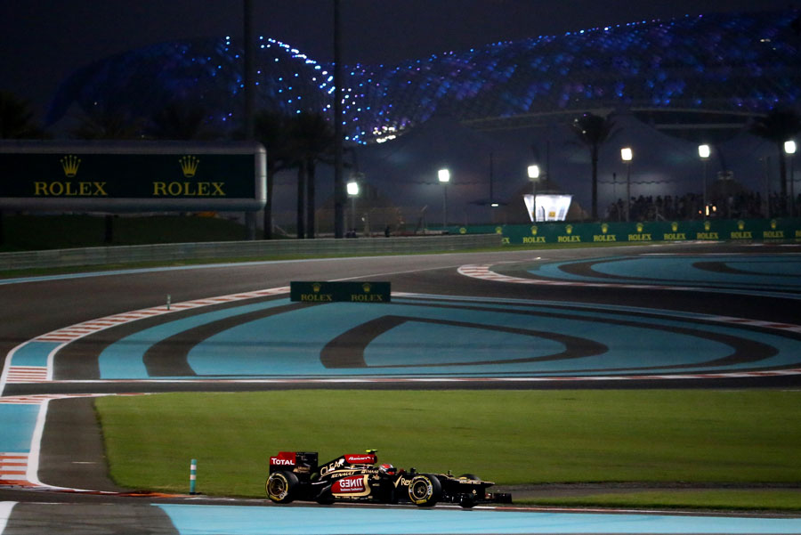 Romain Grosjean starts the second sector under lights