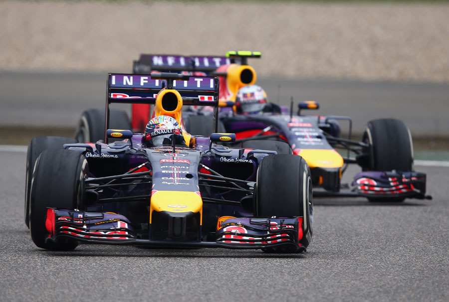 Daniel Ricciardo closes in on team-mate Sebastian Vettel
