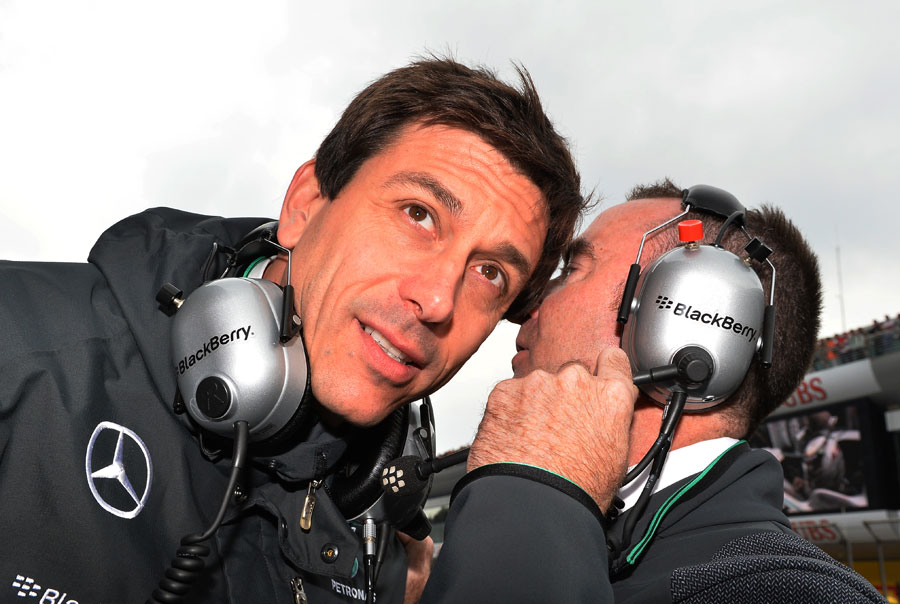 Toto Wolff talkes with Paddy Lowe on the grid