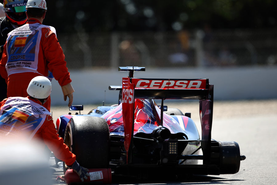 Marshals recover Jean-Eric Vergne's Toro Rosso after a wheel came loose