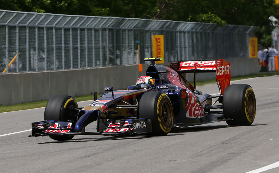 Daniil Kvyat turns into the final chicane