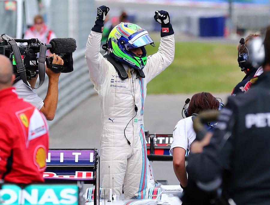 Felipe Massa comemora pole position de sua cabine no parque fechado