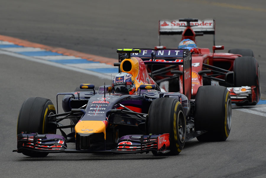 Daniel Ricciardo holds off Fernando Alonso during their duel for fifth