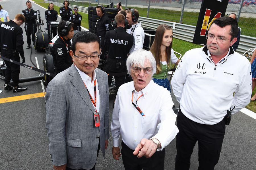 Takahiro Hachigo, Bernie Ecclestone and Eric Boullier on the grid