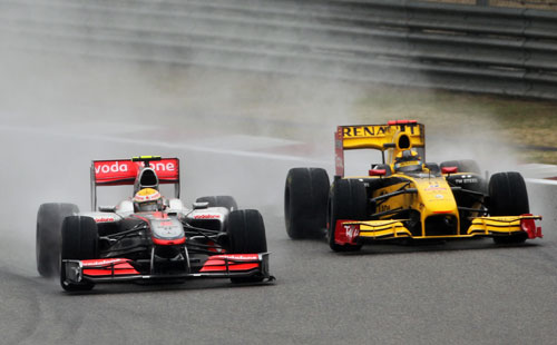 Lewis Hamilton pulls a move on Robert Kubica