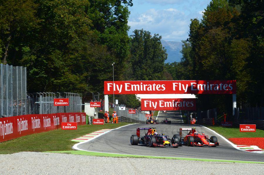 Daniel Ricciardo fights a position with Kimi Raikkonen