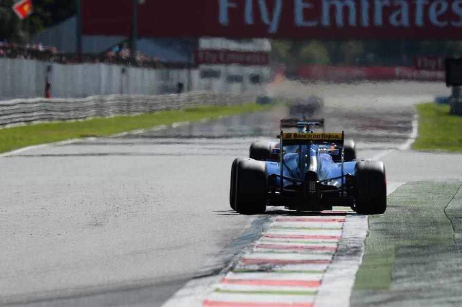 Marcus Ericsson puts pressure on Nico Hulkenberg
