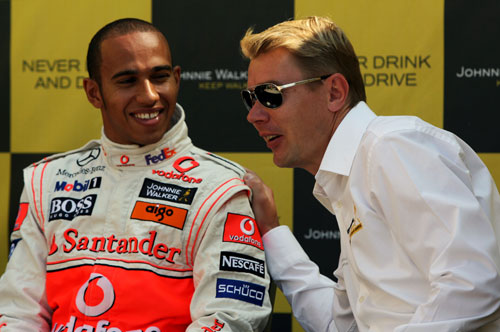 Lewis Hamilton and Mika Hakkinen share a joke