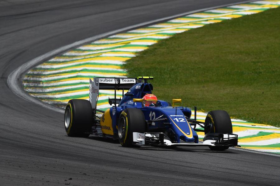 ... してコーナーを回るナッサー | Formula 1 画像 | ESPN F1