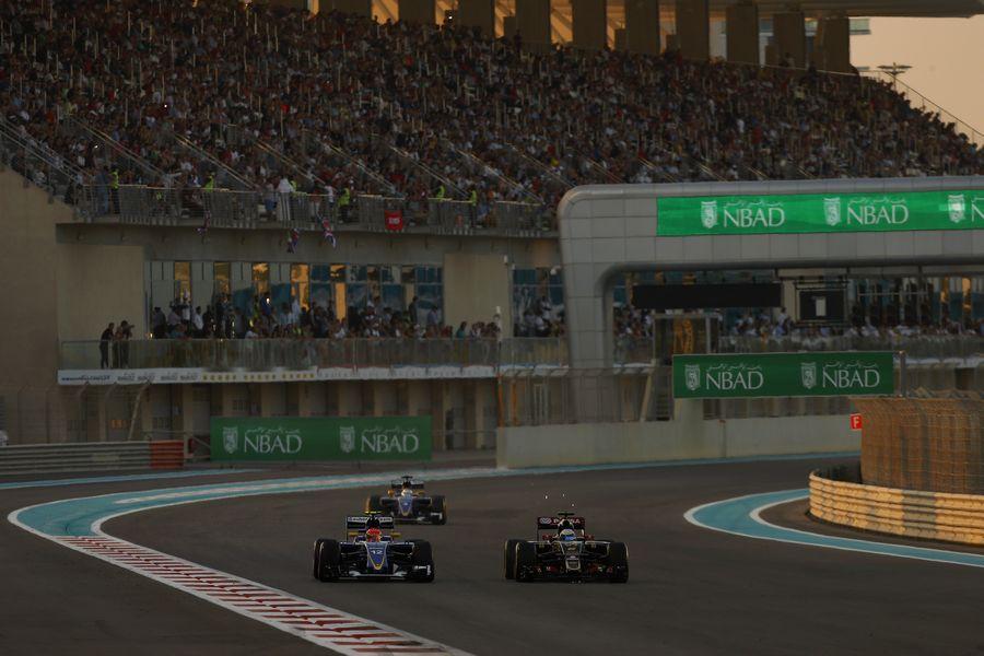 Felipe Nasr and Romain Grosjean battle for a position