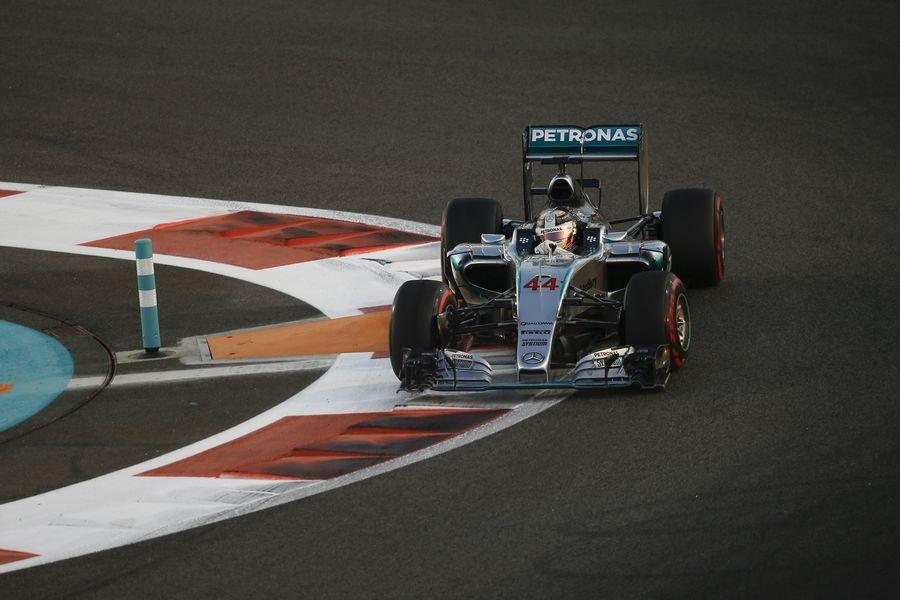Lewis Hamilton turns into the apex