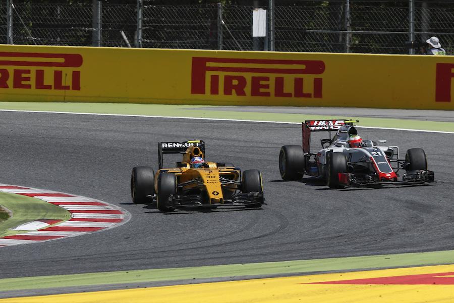 Jolyon Palmer and Esteban Gutierrez battle for a position