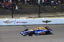 Alexander Rossi works hard to keep its pace at the Indianapolis 500