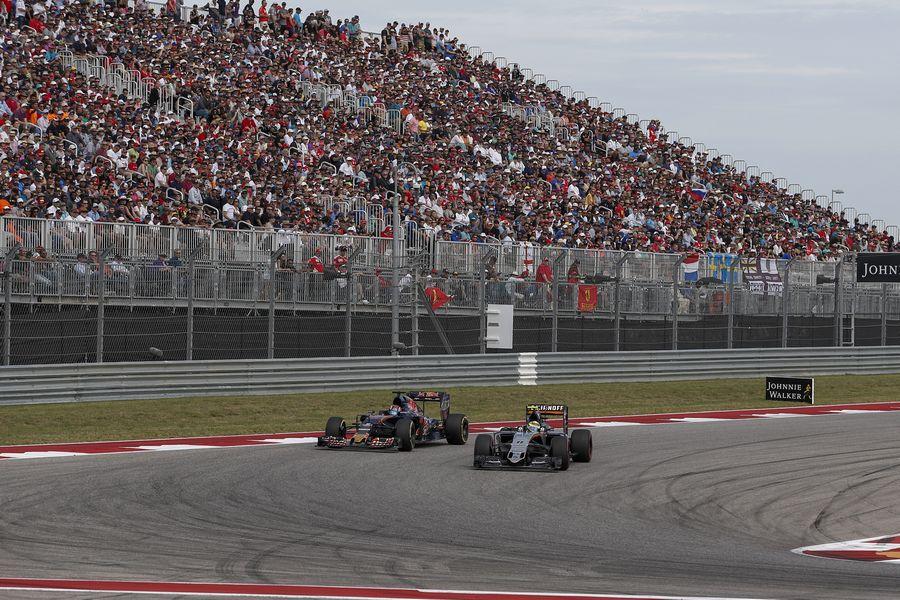 Sergio Perez battles with Daniil Kvyat