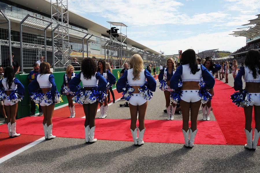Dallas Cowboys Cheerleaders pose ahead of the race
