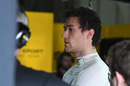 Jolyon Palmer speaks with a Renault engineer