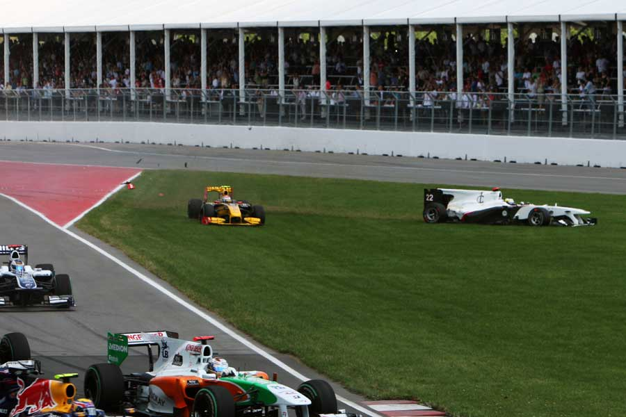 Vitaly Petrov and Pedro de la Rosa collide at the start