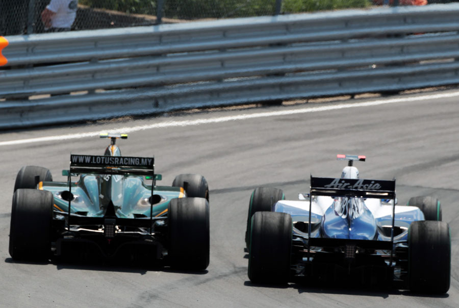 Heikki Kovalainen and Rubens Barrichello go wheel-to-wheel