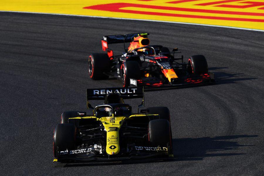 Daniel Ricciardo leads Alexander Albon on track