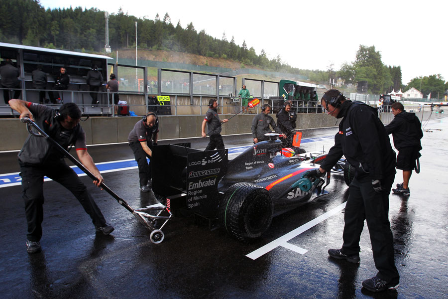 HRT mechanics tend to Sakon Yamamoto's car