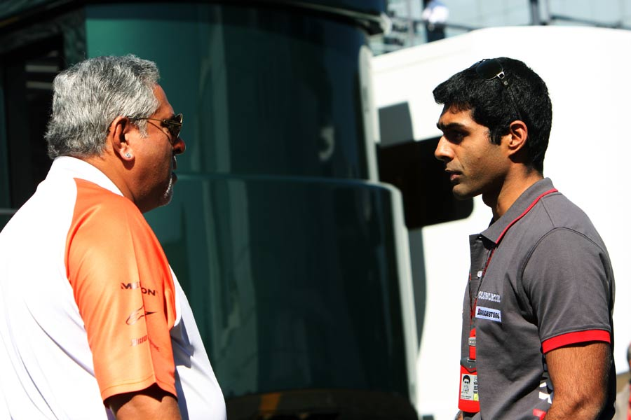 Karun Chandhok speaks with Force India's Vijay Mallya