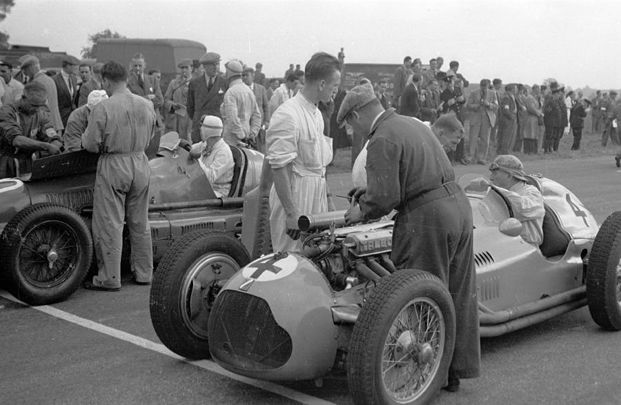 Last-minute tinkering on Philippe Étancelin's Talbot-Lago