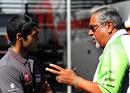 Karun Chandhok talks with Vijay Mallya in the paddock