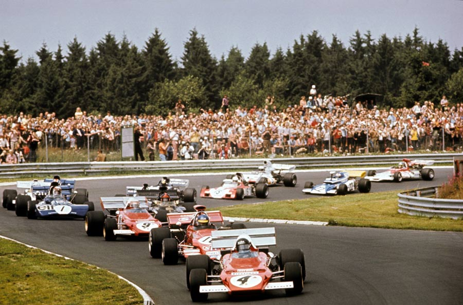 Jacky Ickx leads the field at the start