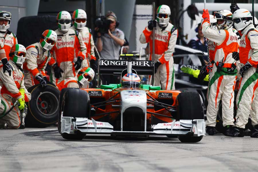 Paul di Resta pulls away from a Force India pitstop